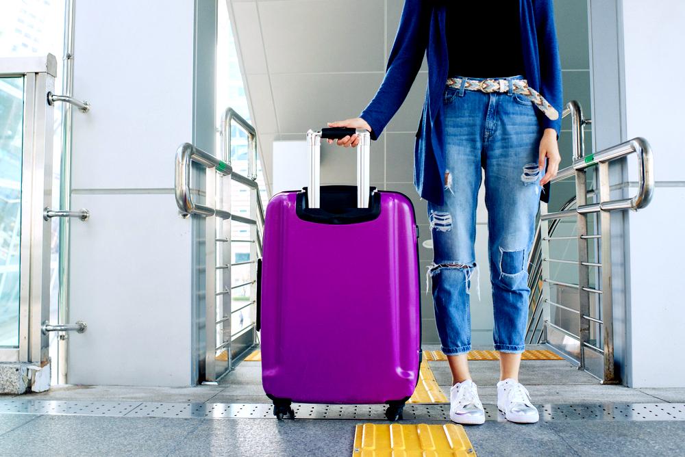 Лучшие большие чемоданы на колесах для путешествий и авиаперелетов